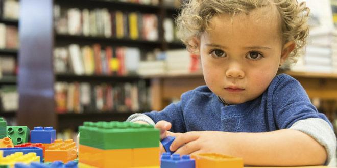 Ребенок аутист страдающий заболеванием эхолалия