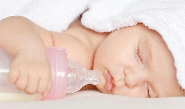 соска-пустышка и спящий грудной ребенок