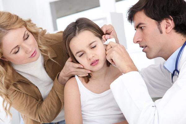 осмотр ребенка у доктора лечение катарального отита