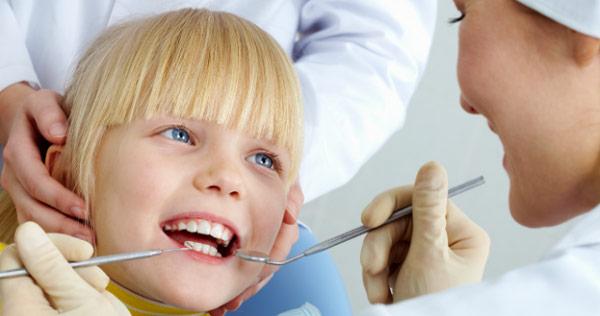 стоматолог лечит кариес у ребенка