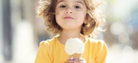 ребенок и мороженное