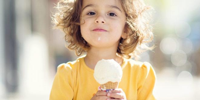 ребенок ест мороженное