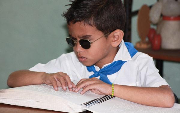 Ребенок потерявших зрение из-за ветрянки