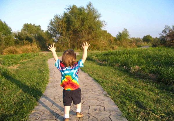 Ребенок гуляет на природе - повышение иммунитета