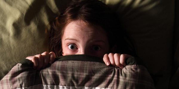 испуганный ребенок ночью в кровати