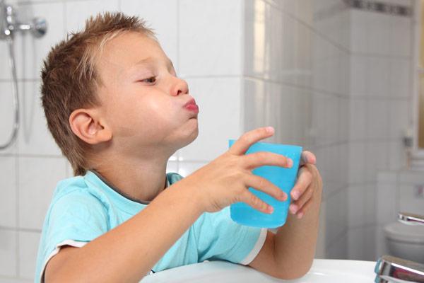 ребенок набрал в рот воды
