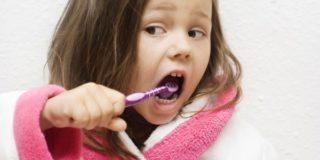 Когда начинать и как чистить зубы ребенку?