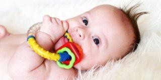 У ребенка лезут клыки: как снять боль и температуру