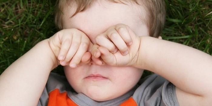 Почему ребенок трет глаза и что делать родителям