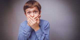 О чем говорит неприятный запах изо рта у ребенка?