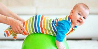 Упражнения на фитболе для грудничков и детей до 1 года