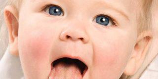 Почему на языке у ребенка появляется налет разного цвета